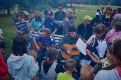 hra na kytaru u táboráku