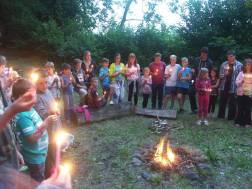 Svíčky kolem ohniště