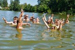 děti dovádějí ve vodě